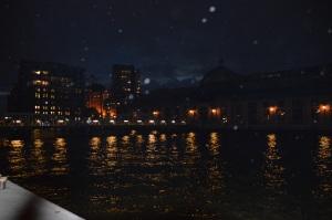 Hamburg Hafen nachts, Reflektionen im Wasser